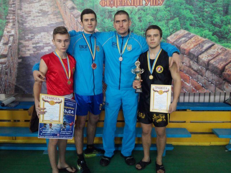 http//lad.vn.ua/uploads/images/foto/4144_dorosli_sportsmeni_z_trenerom.jpg
